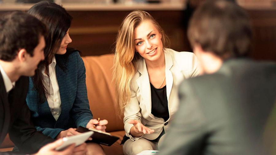 деловая женщина на переговорах