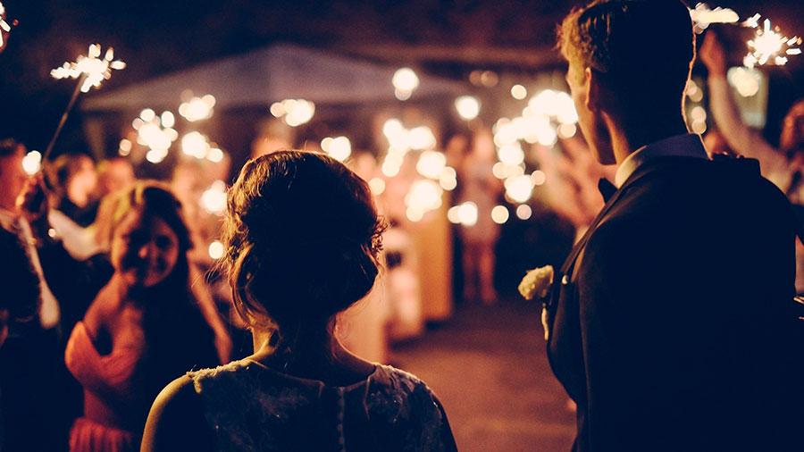 влюбленная пара на празднике