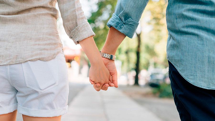 влюбленные держаться за руки