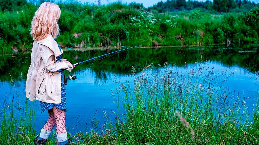 девушка на рыбалке с мужем