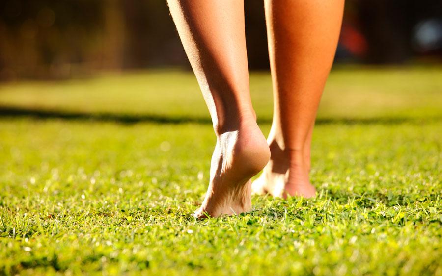 ножки с грубыми пятками босиком