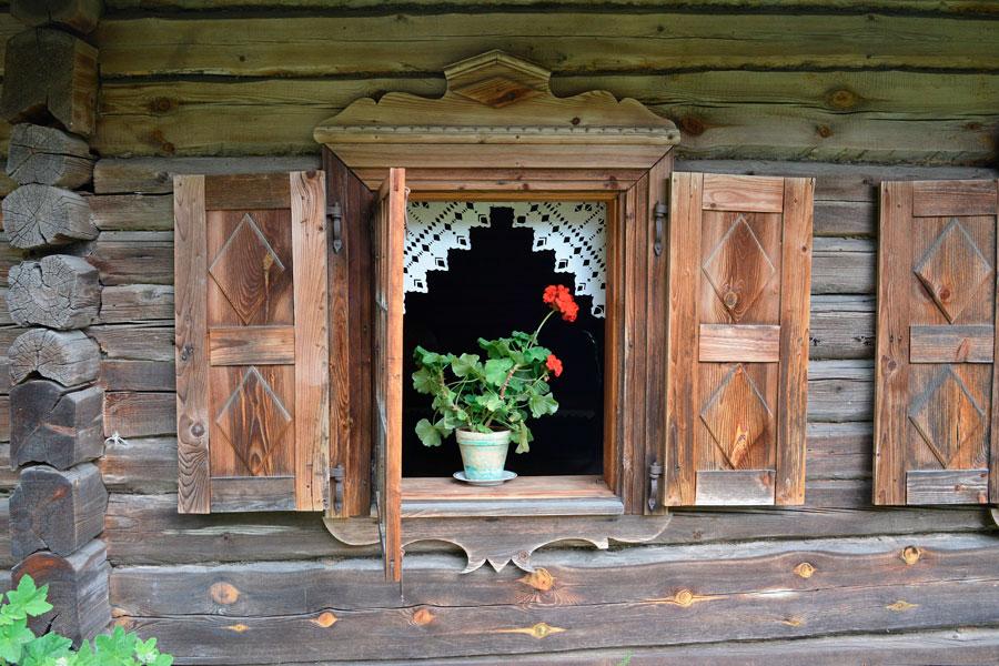 открытое окно на проветривание дома