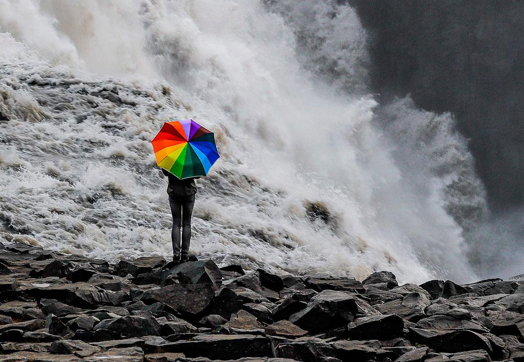 девушка с зонтиком у водопада