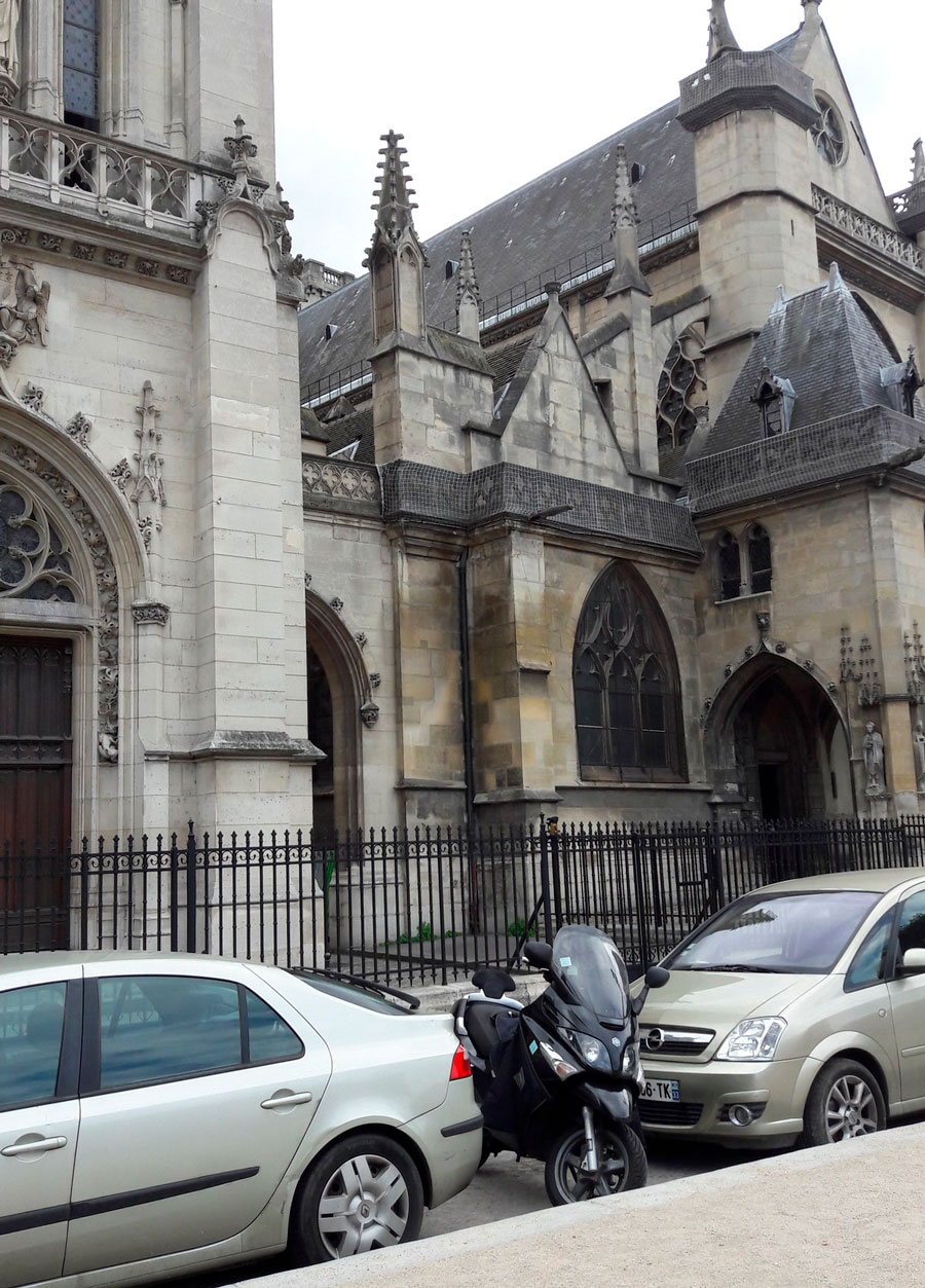 Стоянка машин около Лувра